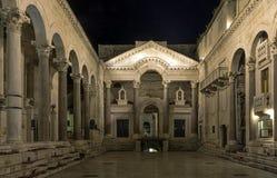 Palácio do ` s de Roman Emperor na noite na cidade histórica da separação, Croácia fotografia de stock royalty free
