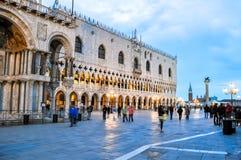 Palácio dos doges na praça quadrada San Marco no por do sol, Veneza de St Mark, Itália fotos de stock