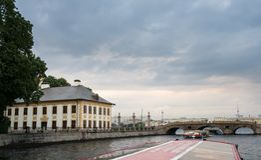 Palácio e canais de verão em St Petersburg, Rússia Fotos de Stock