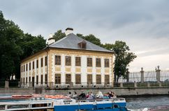 Palácio e canais de verão em St Petersburg, Rússia Imagens de Stock Royalty Free
