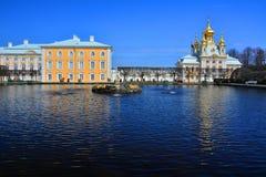 Palácio e igreja grandes de Peregofsky em Peterhof, St Petersburg, Rússia Fotografia de Stock