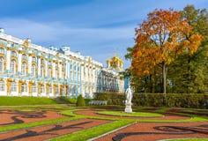 Palácio e parque de Catherine na folha do outono, Tsarskoe Selo Pushkin, St Petersburg, Rússia fotos de stock