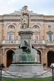 Palácio e scuplture do poeta Giacomo Leopardi em Recanati imagem de stock royalty free