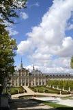 Palácio, fonte no primeiro plano La granja de San Ildefonso, Spai foto de stock royalty free