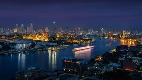Palácio grande ao longo do rio de Chaophraya no crepúsculo imagens de stock