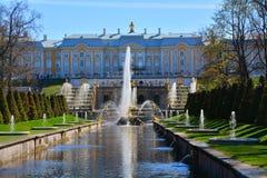 Palácio grande de Peregofsky e cascata grande em Peterhof, St Petersburg, Rússia Imagens de Stock Royalty Free
