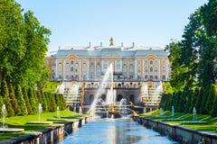 Palácio grande e as fontes grandes da cascata em Petergof fotografia de stock royalty free