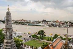 Palácio grande e o rio de Chao Phaya desde a parte superior do templo de Wat Arun em Banguecoque, Tailândia fotografia de stock royalty free