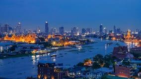 Palácio grande no crepúsculo em Banguecoque, Tailândia Imagens de Stock Royalty Free