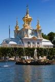 Palácio grande no parque velho Peterhof Imagem de Stock