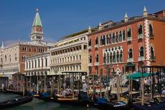 Palácio histórico do ` s do doge com as gôndola venetian que flutuam no canal grandioso Imagem de Stock Royalty Free
