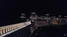 Palácio iluminado durante a noite filme