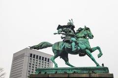 Palácio imperial do Tóquio | Estátua do samurai do marco em Japão o 31 de março de 2017 Fotos de Stock