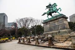 Palácio imperial do Tóquio | Estátua do samurai do marco em Japão o 31 de março de 2017 Foto de Stock