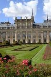 Palácio, jardim e flores no primeiro plano fotografia de stock royalty free