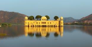 Palácio mahal do Jal no lago em Jaipur Foto de Stock Royalty Free