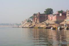 Palácio na costa sagrado de Ganges - Varanasi, Índia fotos de stock