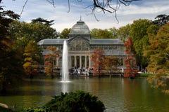 Palácio no outono, parque Retiro de Cristal, Madri, Espanha imagem de stock