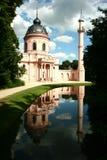 Palácio no parque com reflexão Foto de Stock