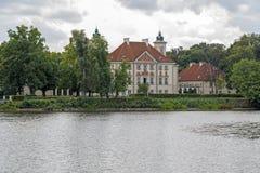 Palácio pelo lago no Otwock Wielki fotografia de stock royalty free