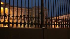 Palácio real atrás de uma cerca contínua alta filme