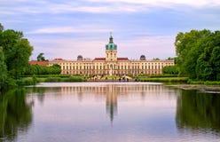 Palácio real de Charlottenburg em Berlim, Alemanha, vista do lago t Fotografia de Stock