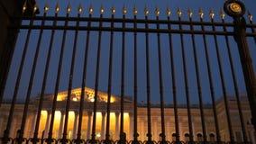 Palácio real luxuoso atrás de uma cerca contínua alta filme