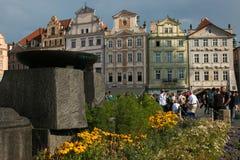 Palácio velho no quadrado principal de Praga com flores Fotos de Stock