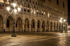 Palácio Veneza Itália dos doges na noite com dois cargos da lâmpada imagem de stock royalty free