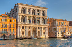 Palácios e gôndola Venetian no canal grandioso Fotografia de Stock Royalty Free