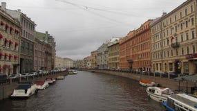 Paläste auf dem Fluss mit Booten in St Petersburg stockfotos