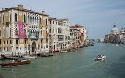 Paläste entlang dem großartigen Kanal in Venedig Lizenzfreie Stockbilder