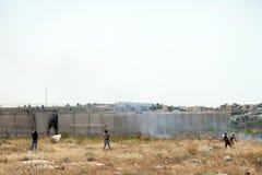 Palästinensische Demonstration durch die Wand der Trennung Stockfotografie