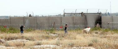 Palästinensische Demonstration durch die Wand der Trennung Lizenzfreies Stockbild
