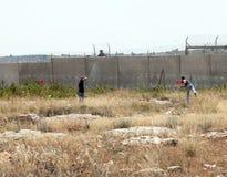 Palästinensische Demonstration durch die Wand der Trennung Lizenzfreies Stockfoto
