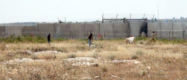 Palästinensische Demonstration durch die Wand der Trennung Stockfoto