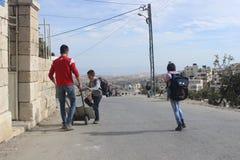 Palästinensische Jungen, die nach Hause von der Schule gehen lizenzfreie stockfotos