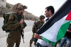 Palästinensische Protestierender konfrontieren israelische Soldaten Stockbilder