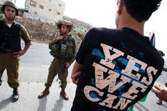 Palästinensische Protestierender konfrontieren israelische Soldaten Stockfotografie