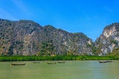Palétuvier, bateaux de pêcheur et île Photos stock