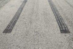 Palący gumowej opony ślad na asfaltowej drodze Obrazy Stock