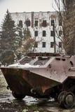Palący militarny wyposażenie w Donbass przeciw obrazy stock