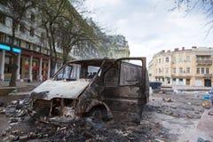 Palący samochód w centrum miasto po niepokoju fotografia royalty free