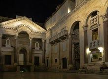 Pal?cio do ` s de Roman Emperor na noite na cidade hist?rica da separa??o, Cro?cia foto de stock