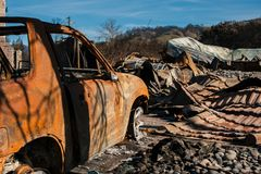 Palący zmielony samochodowy wrak Fotografia Stock