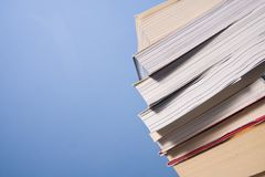 Pal książki na błękit ścianie Zdjęcia Stock