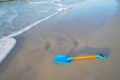 Pala azul en la playa foto de archivo libre de regalías