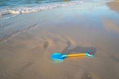 Pala azul en la playa fotos de archivo libres de regalías