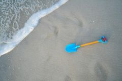 Pala azul en la playa imágenes de archivo libres de regalías