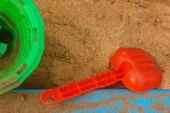 Pala, cubo y arena del ` s de los niños Fotografía de archivo libre de regalías